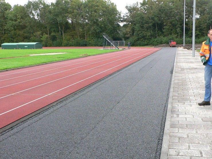 Aanbrengen asfalt verbreding atletiekbaan
