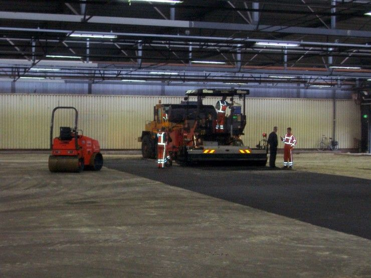 Machines asfalteren bedrijfsterrein